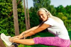 Foto della donna sportiva sull'allungamento Fotografie Stock Libere da Diritti