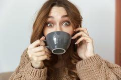 Foto della giovane donna allegra 20s che considera macchina fotografica con il excitin Fotografia Stock Libera da Diritti