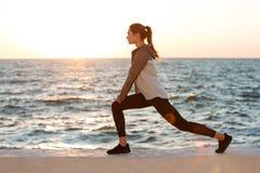 Foto della giovane donna di misura che fa allungando esercizio Immagini Stock Libere da Diritti