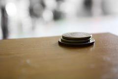 Foto della moneta dell'albero sul pavimento di legno Fotografia Stock Libera da Diritti