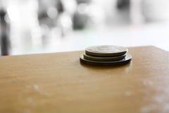 Foto della moneta dell'albero sul pavimento di legno Fotografia Stock