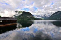 Foto della montagna e del lago in Hallstatt dell'Austria Fotografie Stock