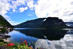Foto della montagna e del lago in Hallstatt dell'Austria Immagine Stock