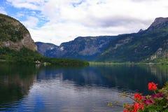 Foto della montagna e del lago in Hallstatt dell'Austria Immagine Stock Libera da Diritti