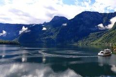 Foto della montagna e del lago in Hallstatt dell'Austria Fotografia Stock
