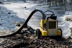 Foto della pompa gialla per il pompaggio fuori dell'acqua Immagine Stock
