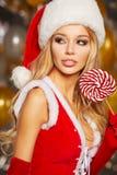Foto della ragazza di Natale di modo sopra i palloni dorati Fotografia Stock