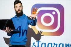 Foto della rete sociale di Instagram che divide online fotografia stock