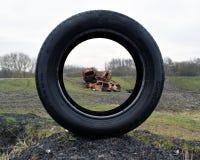 Foto delle automobili fuori bruciate rubate che guardano tramite la gomma Fotografia Stock