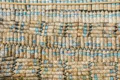 foto delle bottiglie di plastica, sono riciclati ed usati come parete Immagini Stock