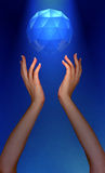 Foto delle mani di Womans che raggiungono per il gioiello che galleggia in cielo Fotografia Stock Libera da Diritti
