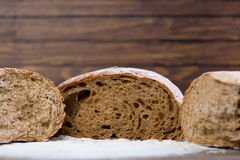 Foto delle pagnotte saporite del pane fresco sul di legno marrone meraviglioso Immagini Stock