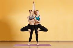 Foto delle ragazze che fanno yoga Fotografia Stock Libera da Diritti