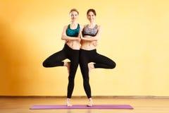 Foto delle sportive che praticano yoga Immagine Stock