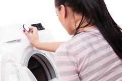 Foto dello studio dei vestiti di riciclatori della donna fotografia stock