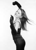 Foto den härliga flickan i den svarta klänningen Arkivfoton