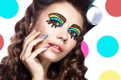 Foto der überraschten jungen Frau mit professionellem komischem Pop-Arten-Make-up und Designmaniküre Kreative Schönheitsart lizenzfreies stockbild