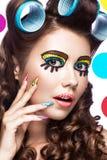 Foto der überraschten jungen Frau mit professionellem komischem Pop-Arten-Make-up und Designmaniküre Kreative Schönheitsart lizenzfreie stockfotografie