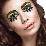 Foto der überraschten jungen Frau mit professionellem komischem Pop-Arten-Make-up und Designmaniküre Kreative Schönheitsart stockbilder