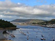 Boote auf Conway Bucht beherbergten, Wales, Vereinigtes Königreich Stockbilder