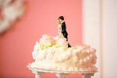 Foto der Braut und des Bräutigams stellt auf Hochzeitstorte dar Stockfotos