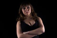 Foto der curvy Frau mit den Armen gekreuzt lizenzfreie stockbilder