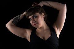 Foto der curvy Frau mit Tätowierung an Hand lizenzfreies stockfoto