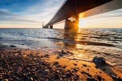Foto der dänischen großen Gurt-Brücke bei Sonnenuntergang Stockbilder