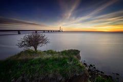 Foto der dänischen großen Gurt-Brücke mit einem kleinen Baum in Lizenzfreies Stockfoto