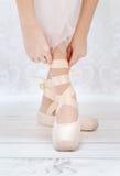 Foto der Füße der kleinen Ballerina Stockbilder