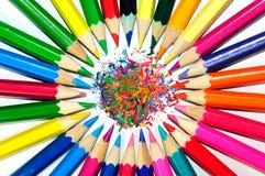 Färben Sie Bleistifte in einem Kreis mit weißem Hintergrund Stockbilder