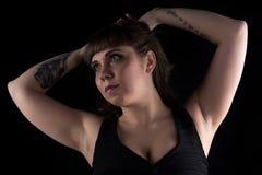 Foto der fetten Frau mit Tätowierung an Hand stockfoto