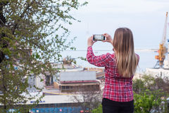 Foto der Frau, das Foto vom Seehafen machte Lizenzfreie Stockfotos