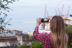 Foto der Frau, das Foto vom Seehafen machte Stockbilder