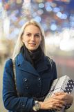 Foto der Frau im Mantel mit Geschenk im Kasten Lizenzfreies Stockbild