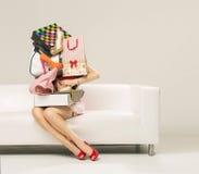 Foto der Frau mit der Wand des Einkaufens Stockfoto