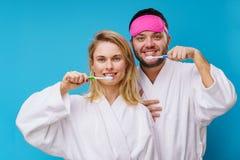 Foto der Frau und des Mannes mit Augenbinde und Zahnb?rsten in den H?nden stockfotos