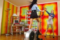 Foto der frohen Frauen, die Spaß haben Lizenzfreie Stockbilder