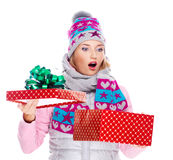 Foto der glücklichen überraschten Frau mit einem Weihnachtsgeschenk Lizenzfreies Stockbild