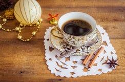 Foto der glühenden weißen und goldenen Schale mit geschmackvollem Lizenzfreies Stockbild