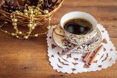 Foto der glühenden weißen und goldenen Schale mit geschmackvollem Stockfoto