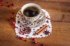 Foto der glühenden weißen und goldenen Schale mit Kaffee Lizenzfreies Stockbild