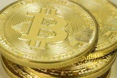 Foto der goldenen virtuellen Währungsmünze Bitcoin Lizenzfreie Stockfotografie