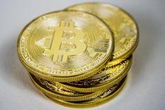 Foto der goldenen virtuellen Währungsmünze Bitcoin Stockfoto