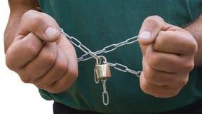 Foto der Hände eines Mannes und der Metallkette Lizenzfreie Stockbilder