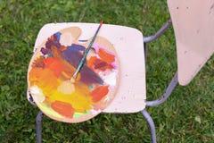 Foto der hölzernen Palette mit farbigen Ölfarben Lizenzfreie Stockfotos