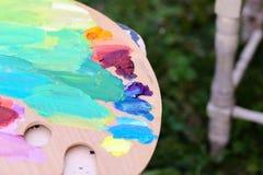 Foto der hölzernen Palette mit farbigen Ölfarben Stockfoto