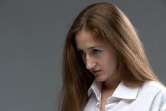 Foto der jungen Frau mit gebeugtem Kopf Stockbild
