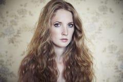 Foto der jungen schönen Frau mit dem roten lockigen Haar Stockfoto