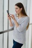 Foto der jungen schönen glücklichen lächelnden Frau mit dem langen Haar Stockfoto